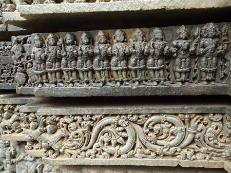640px-floral_scroll_and_deities_in_relief_at_keshava_temple_in_somanathapura